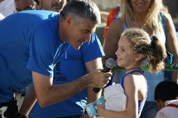 Jose Vallejo entrevistando a María del Club de Atletismo Capiscol