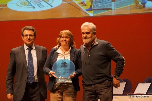 Alfredo y Ana Rosa (entonces Directora del CEIP Antonio Machado, recogen el premio al Mejor Centro Docente en la Gala del Deporte Burgalés 2015